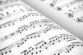 18765489-fond-concept-musical-vue-macro-de-la-musique-score-de-drap-blanc-avec-des-notes-avec-effet-au-point-