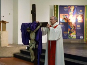 Veneration croix NDVA 18 avril 2014 004