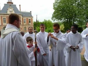 Carmaux servants autel 1er mai  2015  (10)