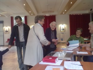 Graulhet El législ 10 juin 2012 vote dame tres agee bureau1